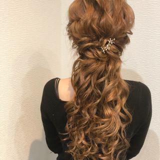 フェミニン ハーフアップ ねじり ヘアセット ヘアスタイルや髪型の写真・画像