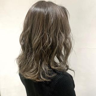 ハイライト ローライト ミディアム アッシュグレージュ ヘアスタイルや髪型の写真・画像