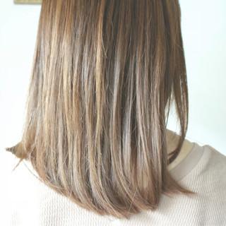ミルクティーベージュ ミディアム アッシュベージュ ヌーディベージュ ヘアスタイルや髪型の写真・画像