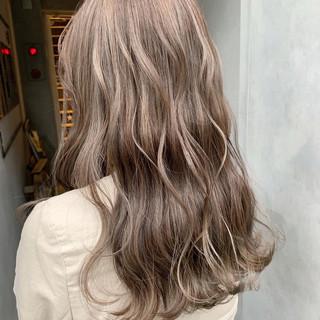 ラベンダーアッシュ ミルクティーグレージュ アンニュイほつれヘア ナチュラル ヘアスタイルや髪型の写真・画像