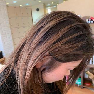 ブリーチ セミロング ミルクティー ヌーディベージュ ヘアスタイルや髪型の写真・画像