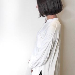 切りっぱなしボブ シルバーグレー まとまるボブ ミニボブ ヘアスタイルや髪型の写真・画像