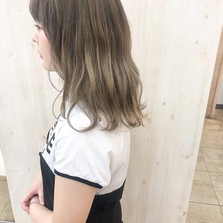 セミロング フェミニン ハイトーンカラー ハイトーン ヘアスタイルや髪型の写真・画像