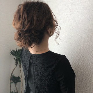 ミディアム アップスタイル フェミニン ヘアアレンジ ヘアスタイルや髪型の写真・画像