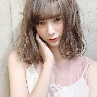フェミニン ベージュ デート 透明感カラー ヘアスタイルや髪型の写真・画像