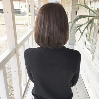 オリーブカラー 切りっぱなしボブ ナチュラル ショートヘア ヘアスタイルや髪型の写真・画像