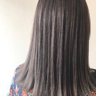 ミルクティーベージュ バレイヤージュ 透明感カラー セミロング ヘアスタイルや髪型の写真・画像