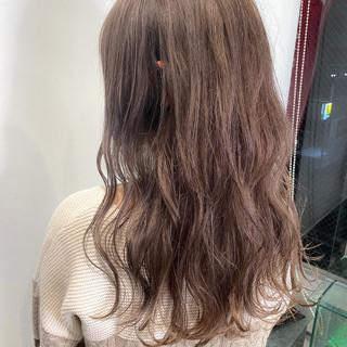 ミルクティーベージュ ロング 波巻き フェミニン ヘアスタイルや髪型の写真・画像