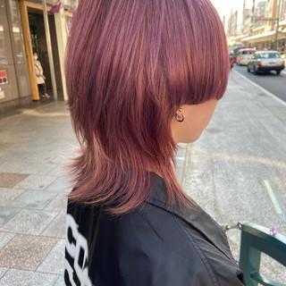 ピンク ミディアム マッシュウルフ モード ヘアスタイルや髪型の写真・画像