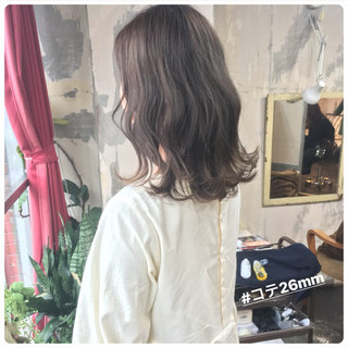 簡単ヘアアレンジ セミロング フェミニン グレージュ ヘアスタイルや髪型の写真・画像