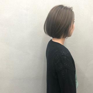 オリーブアッシュ 極細ハイライト まとまるボブ 簡単スタイリング ヘアスタイルや髪型の写真・画像