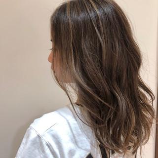 ヘアカラー ハイライト セミロング ナチュラル ヘアスタイルや髪型の写真・画像