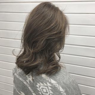 ミディアム グラデーションカラー アッシュグレージュ ミルクティーベージュ ヘアスタイルや髪型の写真・画像