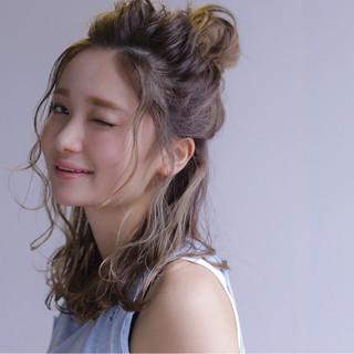 ハーフアップ 外国人風 ミディアム ハイライト ヘアスタイルや髪型の写真・画像
