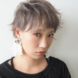ショート ホワイトアッシュ フェミニン 透明感カラー ヘアスタイルや髪型の写真・画像
