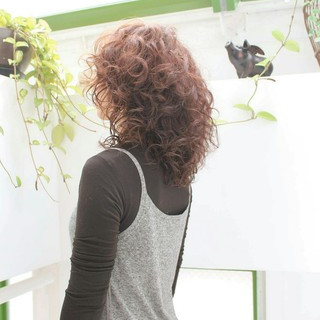ミディアム イルミナカラー フェミニン デジタルパーマ ヘアスタイルや髪型の写真・画像