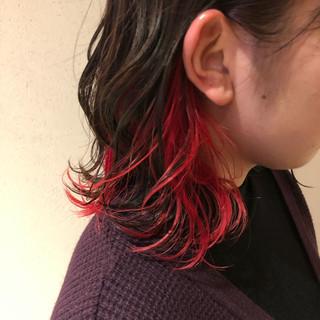 カシスレッド インナーカラー ミディアム インナーカラーレッド ヘアスタイルや髪型の写真・画像