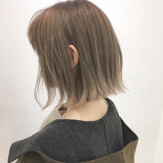 切りっぱなし 冬 ミルクティーベージュ 外ハネ ヘアスタイルや髪型の写真・画像