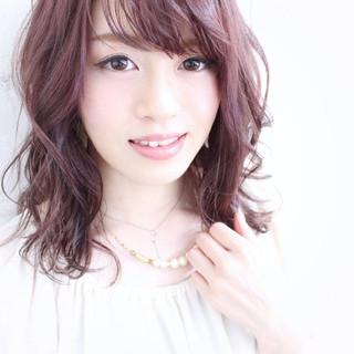 流し前髪 セミロング ベリーピンク フェミニン ヘアスタイルや髪型の写真・画像