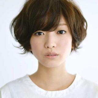 外ハネ 流し前髪 大人かわいい 暗髪 ヘアスタイルや髪型の写真・画像