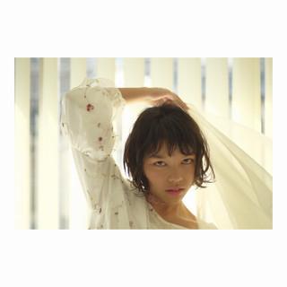 アッシュ 前髪あり フリンジバング フェミニン ヘアスタイルや髪型の写真・画像