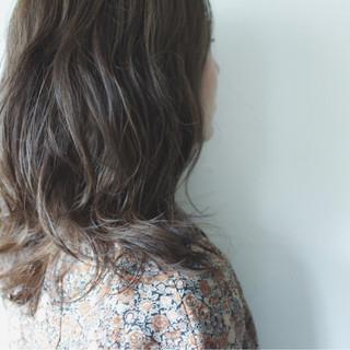 グレー 秋 ナチュラル セミロング ヘアスタイルや髪型の写真・画像