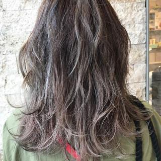 ミディアム グレージュ 外国人風 ハイライト ヘアスタイルや髪型の写真・画像 ヘアスタイルや髪型の写真・画像