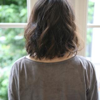 くせ毛風 ナチュラル セミロング 前髪あり ヘアスタイルや髪型の写真・画像