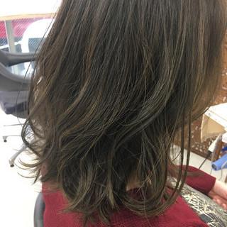 モード ミディアム ハイライト アッシュ ヘアスタイルや髪型の写真・画像