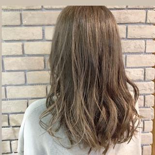 アッシュグレージュ デート ベージュ ナチュラル ヘアスタイルや髪型の写真・画像