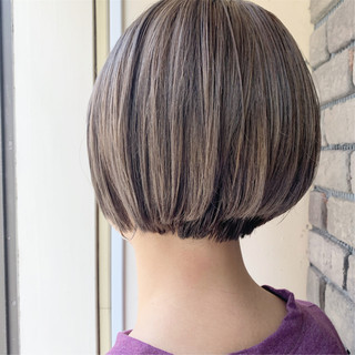 ショートボブ ダブルカラー 前下がりショート 小顔ショート ヘアスタイルや髪型の写真・画像