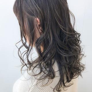 セミロング ハイライト アンニュイほつれヘア オフィス ヘアスタイルや髪型の写真・画像