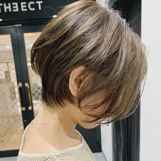 耳かけ 大人ヘアスタイル 伸ばしかけ ナチュラル ヘアスタイルや髪型の写真・画像