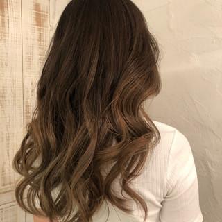 ロング エレガント バレイヤージュ グレージュ ヘアスタイルや髪型の写真・画像