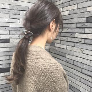 アッシュグレー ナチュラル ローポニーテール グレージュ ヘアスタイルや髪型の写真・画像