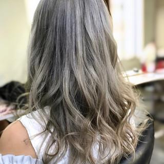 フェミニン セミロング ブリーチカラー アッシュ ヘアスタイルや髪型の写真・画像