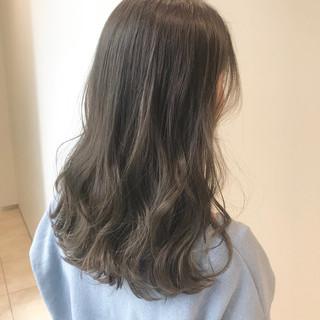 ネイビーブルー ミディアム ブルージュ 巻き髪 ヘアスタイルや髪型の写真・画像
