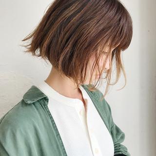 切りっぱなしボブ グレージュ ミルクティー 外ハネボブ ヘアスタイルや髪型の写真・画像