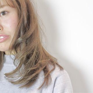 フェミニン セミロング ニュアンス フリンジバング ヘアスタイルや髪型の写真・画像
