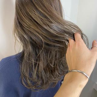 ナチュラル セミロング アッシュベージュ ベージュ ヘアスタイルや髪型の写真・画像