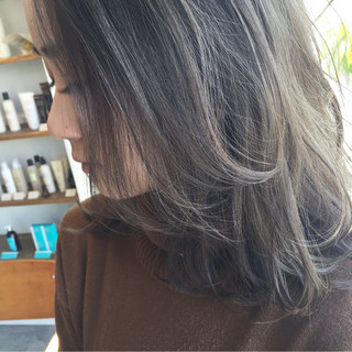 伸ばしかけ グレージュ ナチュラル ミディアム ヘアスタイルや髪型の写真・画像