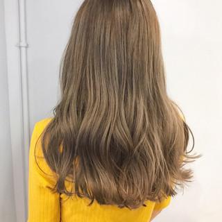 アンニュイ ミルクティーベージュ アッシュベージュ ウェーブ ヘアスタイルや髪型の写真・画像