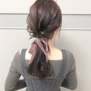 リボンアレンジ ポニーテールアレンジ ピンクベージュ 大人可愛い ヘアスタイルや髪型の写真・画像