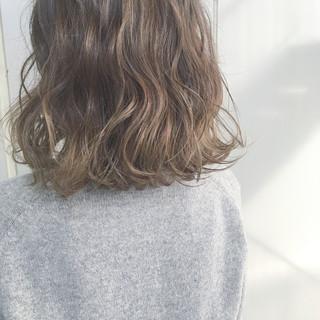 ミルクティーベージュ ゆるふわ グラデーションカラー ウェーブ ヘアスタイルや髪型の写真・画像