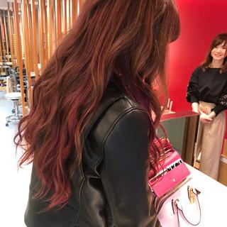 ロング インナーカラー ウェーブ チェリーピンク ヘアスタイルや髪型の写真・画像
