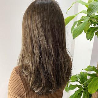 ベージュ オリーブグレージュ ミルクティーベージュ セミロング ヘアスタイルや髪型の写真・画像