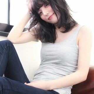 外国人風 ミディアム 暗髪 ナチュラル ヘアスタイルや髪型の写真・画像