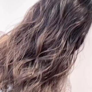 外国人風 グレージュ グラデーションカラー バレイヤージュ ヘアスタイルや髪型の写真・画像