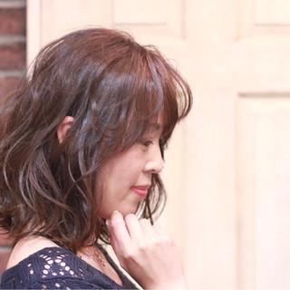 フェミニン ミディアム アッシュ パーマ ヘアスタイルや髪型の写真・画像