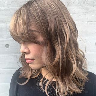ミルクティーベージュ ブロンド ストリート ミディアム ヘアスタイルや髪型の写真・画像